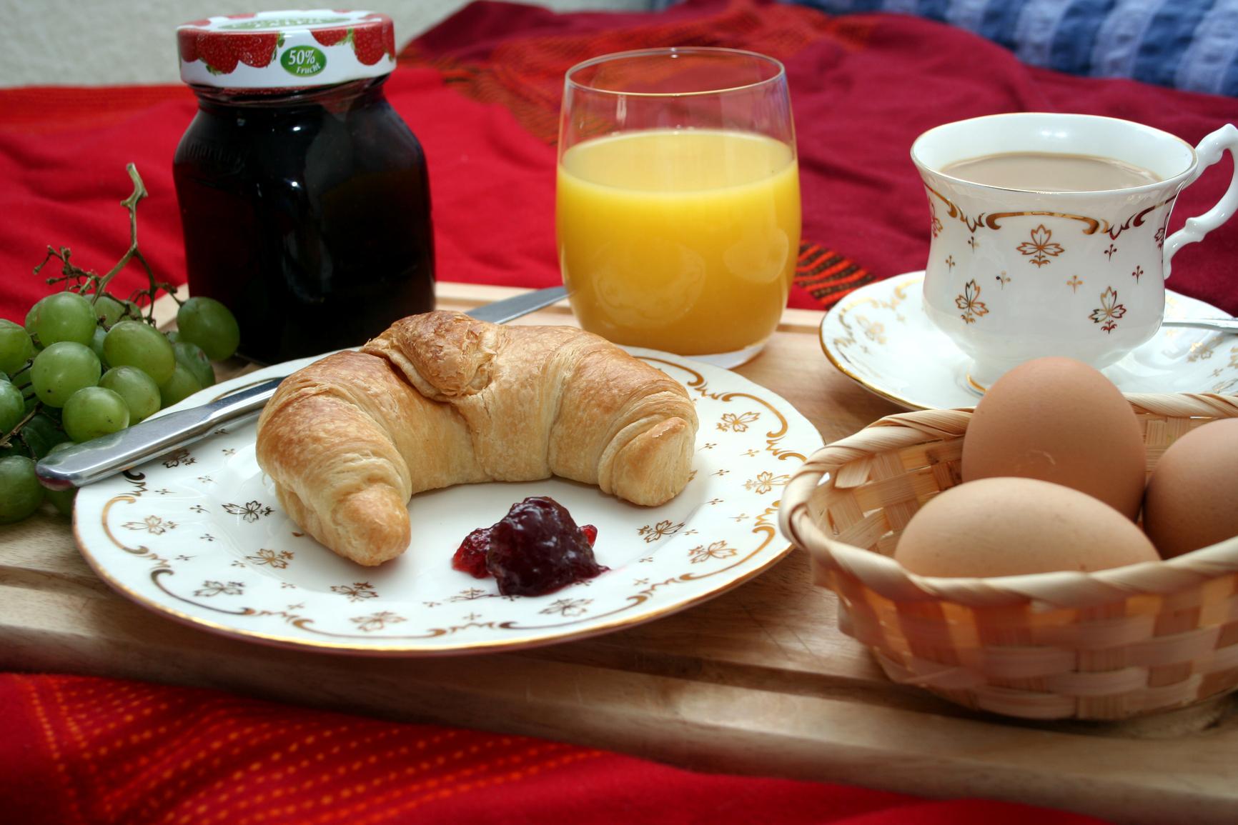 Frühstück, frühstücken, Croisson, Eier, Kaffee, Saft, Orangensaft, Marmelade, essen, Weintrauben, Hörnchen, Butterhörnchen